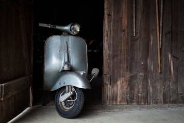 Tuinposter Scooter Barn find of old, rusty italian scooter in a hut