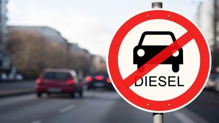 Dieselfahrverbot Straßenschild - Dieselautos im Hintergrund