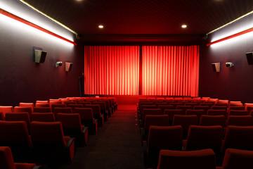 Kinosaal mit roten Sesseln  ohne menschen