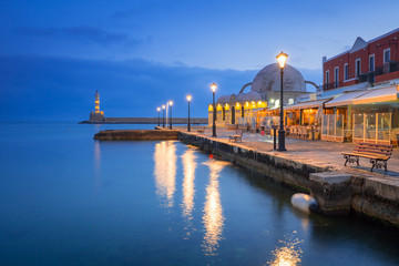 In de dag Poort Architecture of Chania at night with Old Venetian port on Crete. Greece
