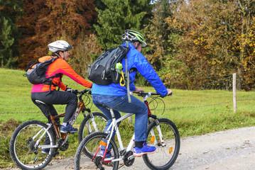 entspannte Radtour zu zweit im Herbst