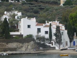 Portlligat o Port Lligat,  pueblo mediterráneo de Cadaqués en una cala del cabo de Creus, España, conocido internacionalmente por ser el lugar de residencia de Salvador Dalí