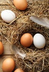 Frische braune und weiße Eier im Stroh