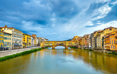 Fototapete - Panorama view to ancient bridge Ponte Vecchio at river Arno