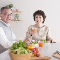 野菜中心の食事をするシニア夫婦