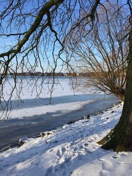sole, neve e ghiaccio al lago