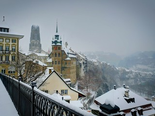 Fribourg: hôtel et ville et cathédrale sous la neige