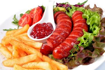kiełbasa smażona z frytkami sałatą i pomidorem