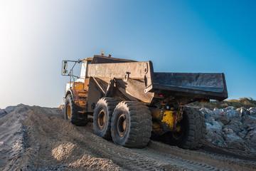 camion de chantier en action