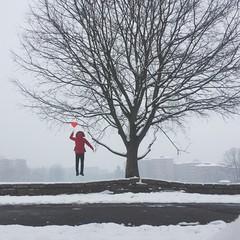 un uomo vola con palloncino sotto la neve