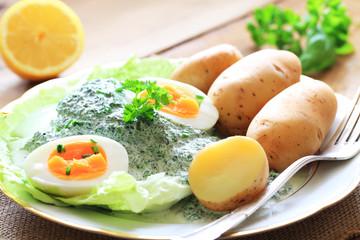 Frankfurter grüne Soße mit halben Eiern und Pellkartoffeln