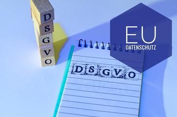 Block und Bauklötze mit der Aufschrift DSGVO EU (Datenschutzgrundverordnung und Bewerberdaten) in englisch GDPR (General Data Protection Regulation, Market Overview)