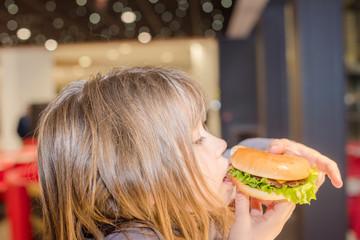 jolie jaune fille et son burger