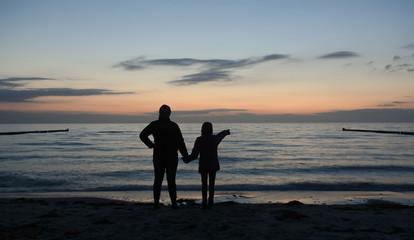 Mutter und Tochter am Meer