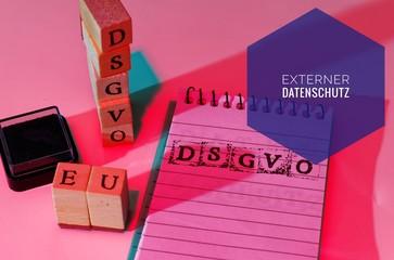 Block und Bauklötze mit der Aufschrift DSGVO EU (Datenschutzgrundverordnung und externer Datenschutz) in englisch GDPR (General Data Protection Regulation, external privacy)