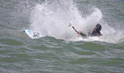 Fotobehang Zeilen kitesurfer in spray