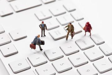 パソコンとミニチュア人形