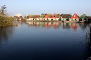 Maisons colorées près de l'étang