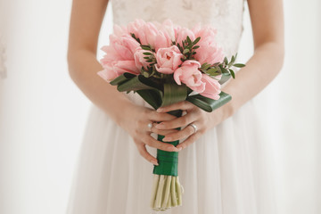 Bouquet of tulips in the hands of a girl / Букет тюльпанов в руках девушки