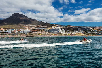 Foto op Plexiglas Water Motor sporten Motorboating off the west coast of Tenerife, one of many leisure activities offered to tourists in the Canaries. The deep-blue waters contrasted by a vibrant scenery make for a relaxing setting.