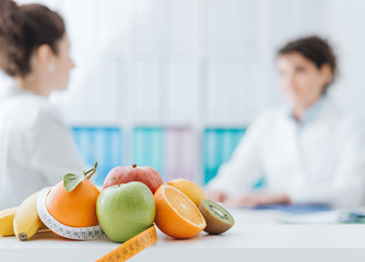 Nutritionist meeting a patient in the office Papier Peint