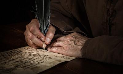Hände schreiben einen Brief im Mittelalter