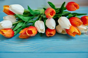 Букет тюльпанов на голубом деревянном фоне