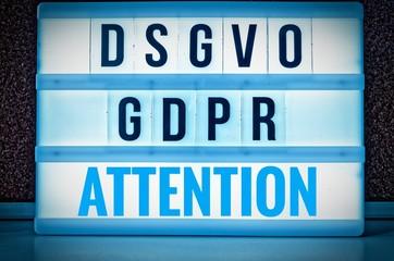 Leuchttafel mit der Aufschrift DSGVO und GDPR(Datenschutzgrundverordnung) blau in englisch GDPR (General Data Protection Regulation) und der Aufschrift Achtung in englisch: Attention