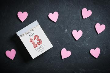 Abreißkalender mit Muttertag 2018 und Herzchen auf Schieferuntergrund