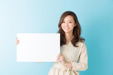 ホワイトボードを持つ女性 笑顔