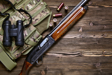 Photo sur Plexiglas Chasse Hunting rifle and ammunition on a wooden background.