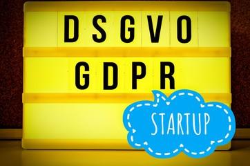 Leuchttafel mit der Aufschrift DSGVO und GDPR(Datenschutzgrundverordnung) gelb in englisch GDPR (General Data Protection Regulation) und der Aufschrift Startup (Neuunternehmen) in englisch: Startup