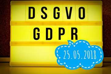Leuchttafel mit der Aufschrift DSGVO und GDPR(Datenschutzgrundverordnung) gelb in englisch GDPR (General Data Protection Regulation) und der Aufschrift 25.05.2018 in englisch: 05/25/2018