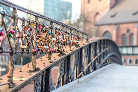 Brücke mit Liebesschlössern in der Speicherstadt in Hamburg