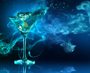 In de dag Cocktail martini cocktail splashing in dark blue smoky background