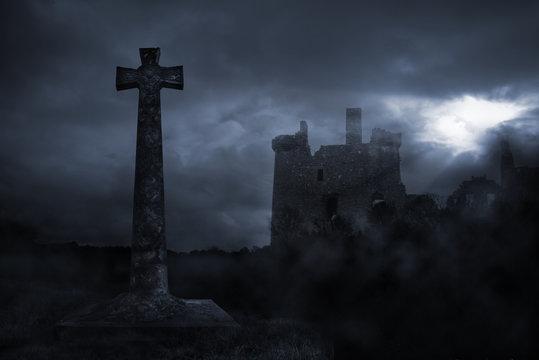 Burg im Mondschein & christliches Kreuz