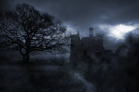Nebellandschaft um finstere Burg