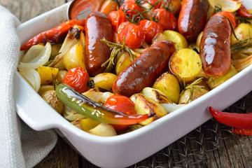 Mediterranes Essen: Spanische Chorizo Bratwürste mit kleinen Rosmarinkartoffeln und weiterem Gemüse frisch aus dem Backofen – Baked Spanish chorizo sausages with baby potatoes and other vegetables