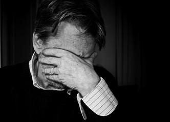 Uomo anziano triste, depresso.