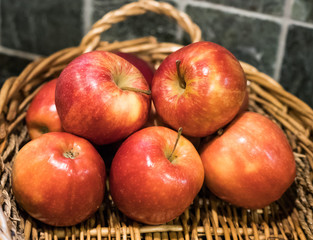 Closeup of a bunch of apples in a fruit basket