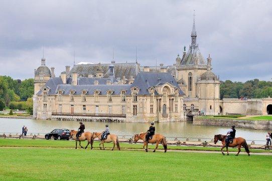 Chevaux au château de Chantilly en France
