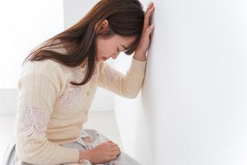 体調不良に苦しむ女性