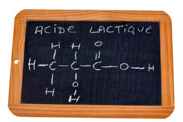 Formule chimique de l'acide lactique écrite sur une ardoise