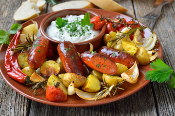 Spanische Mahlzeit: Gebackene Chorizo Bratwürste mit Gemüse und mediterranem Kräuterquark – Spanish meal: Baked hot chorizo sausages with rosemary vegetables and mediterranean herb curd