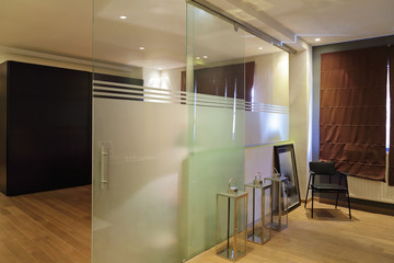 cloison porte coulissante en verre sablé dans intérieur loft
