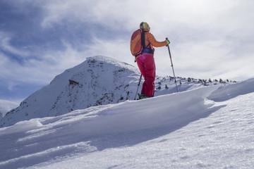 Skitourengeherin in den Alpen