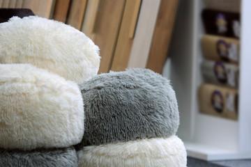 Fototapeta Piękne włochate poduszki, pufy w sklepie. obraz