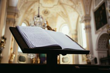 Gästebuch eine Kirche, Kirchenschiff im Hintergrund