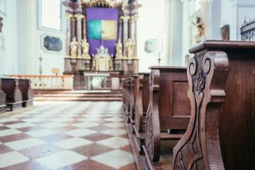 Kirchenbänke der Müllner Kirche in Salzburg