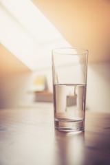 Klares Wasserglas in Küche, Morgen